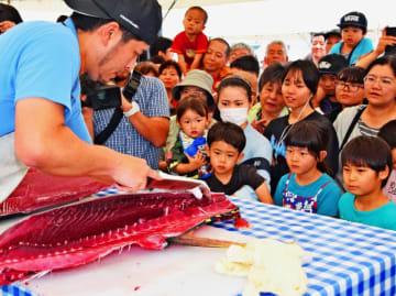 パヤオまつりのマグロ解体ショーには人だかりができた=4月29日、沖縄市・泡瀬漁港