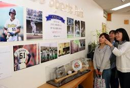 若きイチロー元選手の写真が並ぶ会場=神戸総合運動公園