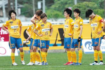 仙台―長野 後半ロスタイムの失点で逆転負けを喫し、肩を落とす浜田(右端)ら仙台の選手たち