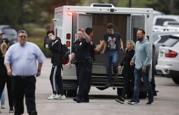 7日、学校での発砲事件後、保護者が待つ建物へ向かう生徒ら=米西部コロラド州(AP=共同)