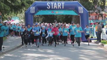 バンクーバー国際マラソン開催 華僑·華人が北京冬季五輪を支援