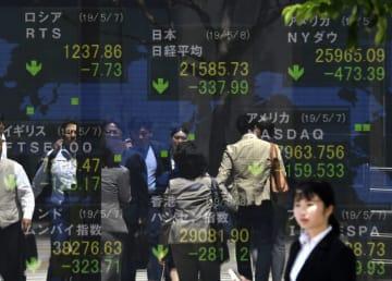 日経平均株価など世界の株式指数を示すボード。世界同時株安の様相を呈している=8日午前、東京・八重洲