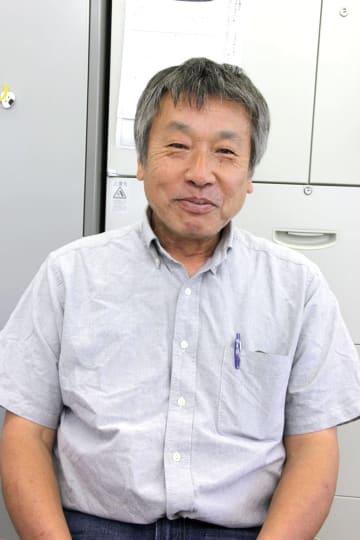 1955年大阪生まれ、滋賀県在住。学生時代より共働事業所運動に影響を受け、様々な活動に携わる。大学を卒業後、高校講師、長距離トラックの運転手など様々な職に就きながら運動に関わり続け、1983年にねっこ共働作業所に入職。2005年に営業・パソコン部門を分離して「印刷工房ルーツ」を設立。2009年に掃除専門の「掃除屋プリ」を立ち上げ、3つの事業所を企業組合ねっこの輪として障害者の働く場づくりに力を注いでいる。 【滋賀県中小企業家同友会会員】