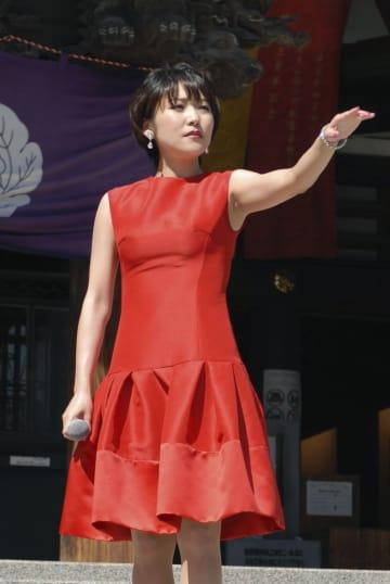 新曲を発売した森山愛子=8日、東京都内