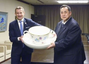 新しい「ハンガリー友好杯」を披露するパラノビチ駐日大使(左)と日本相撲協会の芝田山広報部長=8日、両国国技館