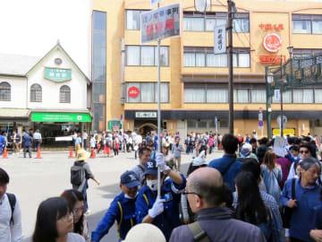 江ノ電に乗車するため、鎌倉駅構外まで列をつくる観光客ら=3日、鎌倉市御成町