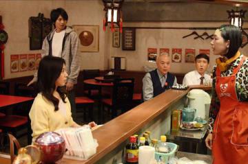 連続ドラマ「わたし、定時で帰ります。」に出演する女優の江口のりこさん(前列右)(C)TBS