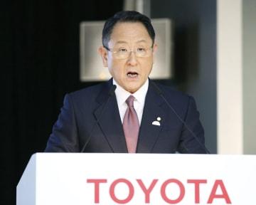 記者会見するトヨタ自動車の豊田章男社長=8日午後、東京都内