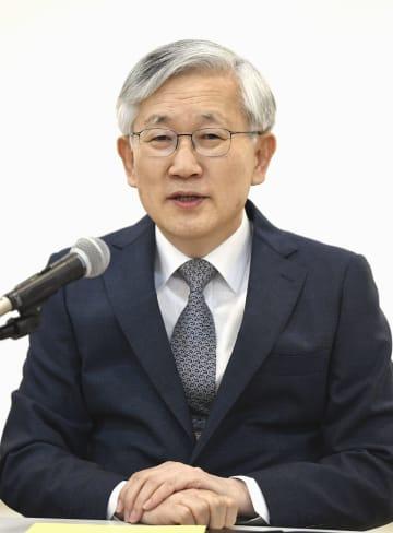 8日、ソウルで記者会見する新駐日韓国大使の南官杓氏(共同)