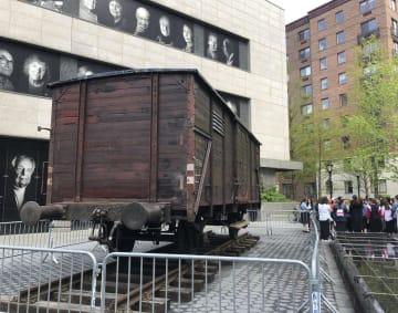 米ニューヨークの「ユダヤ人遺産博物館」前に展示された輸送車両。ナチス・ドイツがユダヤ人を強制収容所に移送するために使った=2日(共同)