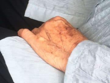 友人の車で認知機能検査を受けに来た女性(85)は「運転はまだまだできる」と話した=4月24日、那覇市内
