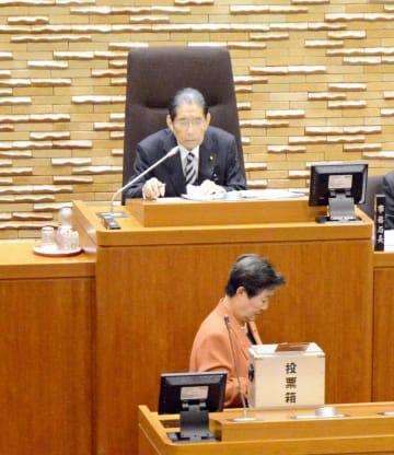 議長が決まるまで臨時で議長を務めた91歳の新人議員髙松昭三さん=鹿島市議会