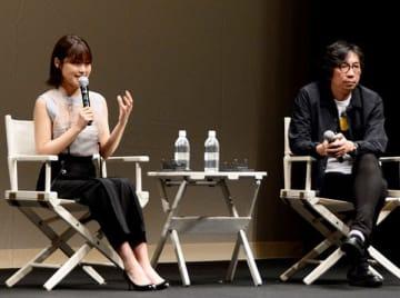 「くまもと復興映画祭」で主演作品の上映後、観客からの質問に笑顔で答える有村架純(左)。右は行定勲監督=熊本市西区