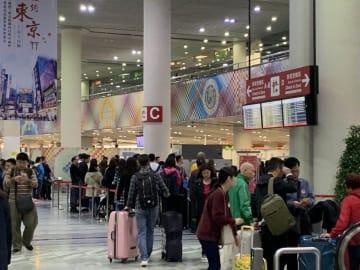 多くの旅客が行き交うマカオ国際空港の旅客ターミナルビル(写真:CAM)