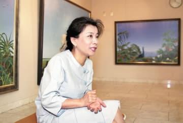 個展会場で本紙のインタビューに応じる北久美子さん=1991年6月、トーヨコかなしんギャラリー(横浜市中区)