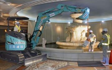 「泉の広場」で始まった噴水の撤去作業=9日午前、大阪・梅田