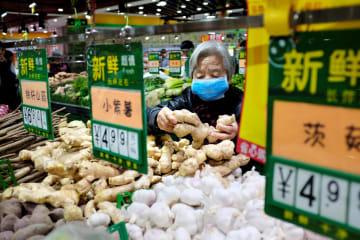 北京のスーパーマーケット=2018年(ロイター=共同)