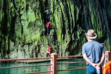 素手で岩壁を登る「スパイダーマン」 貴州省安順市