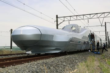 次世代新幹線開発に向けた新型試験車両「ALFA―X」。10両編成の全体像が初めて公開された。手前は10号車=9日午前、宮城県利府町