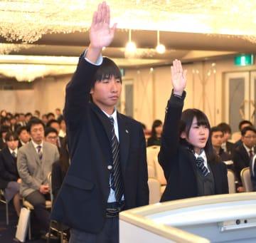 県高総体の総合開会式で選手宣誓する富谷高ソフトテニス部の野中主将(左)と半田主将