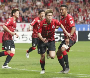 札幌―神戸 後半、同点ゴールを決め駆けだす札幌・進藤(右から2人目)=札幌ドーム