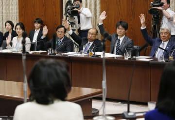 参院内閣委で、子ども・子育て支援法に賛成し挙手する与党委員=9日午後