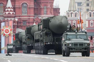 軍事パレードで披露された多弾頭の新型大陸間弾道ミサイル(ICBM)ヤルス=9日、モスクワ(タス=共同)