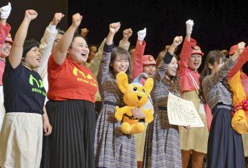 交通安全の推進を訴える乃木坂46のメンバー3人とお笑いコンビ・おかずクラブ=9日午後、東京都品川区