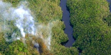 本紙チャーターヘリから撮影した米軍ヘリ墜落現場。大川ダムから数十メートルしか離れていないことが分かった。法改正でドローンを使った同様の空撮は原則禁止になる=2013年8月5日、宜野座村のキャンプ・ハンセン内