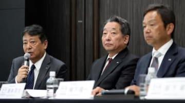 記者会見で中期経営方針を発表する丸本社長(左)と藤本常務執行役員(中)、梅下執行役員