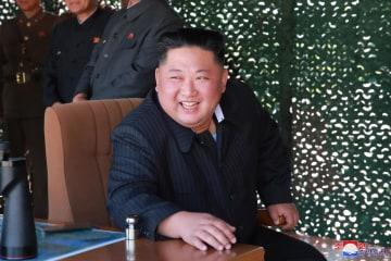 9日、「前線・西部戦線防御部隊」の火力打撃訓練を視察した北朝鮮の金正恩朝鮮労働党委員長(朝鮮中央通信=共同)