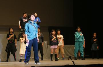 ステージ上で稽古をするとりで・市民ミュージカルのメンバー=取手市東