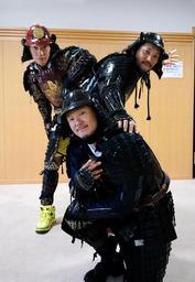 甲冑姿でダンスを披露する(左から)上村さん、伊藤さん、本庄さん=姫路市内