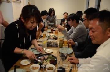 カイコのさなぎの粉末を使った料理を試食する参加者