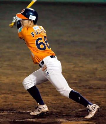 【愛媛MP―高知】5回裏愛媛MP1死一塁、藤田が左中間へ適時三塁打を放ち、1点差に詰め寄る=宇和島丸山球場