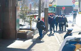 現場検証のため、元組員が拳銃で撃たれて殺されたホテルに向かう捜査員ら=平成25年1月30日、登別市登別温泉町(写真の一部は加工)