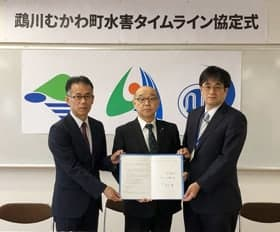 「鵡川むかわ町水害タイムライン」の協定書を手にする(左から)米津部長、竹中町長、橋本台長