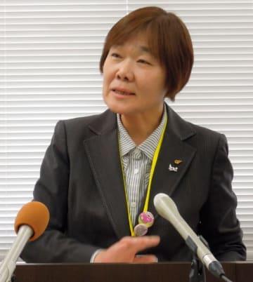 【記者会見で指針の改定について説明する廣田教育長=三重県庁で】