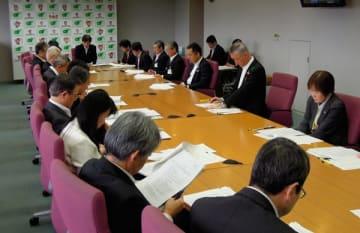 【政策会議で「県民の声」について報告を受ける幹部ら=三重県庁で】