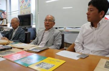 記念事業の実施のため、寄付を呼び掛ける長崎の証言の会の森口事務局長(中央)ら=長崎市役所
