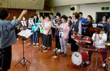 オハイエくまもとの設立10周年記念公演に向け、練習を重ねる「オハイエ音楽隊」のメンバーら=熊本市中央区
