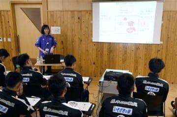 ロアッソ熊本の選手らに食事の取り方について話す県スポーツ振興事業団の職員=熊本市東区