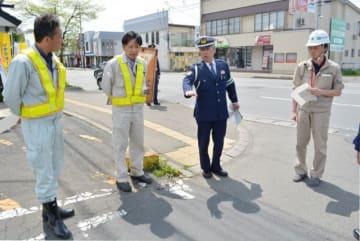 死亡事故発生現場を確認しながら、意見交換をする関係者