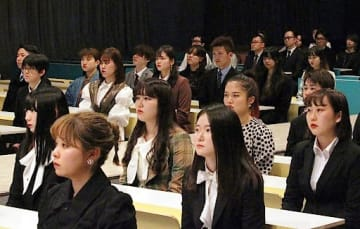 1期生としてスタートを切った大阪キャンパスの学生ら=4月、大阪市北区