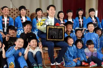 八幡平市スポーツ栄誉賞を受け、母校の柏台小児童と記念撮影する小林陵侑選手=9日、八幡平市柏台・柏台小