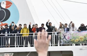 「ビザなし交流」で北方領土の国後島へ出発する日本側訪問団の人たち=10日午前、北海道・根室港