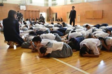 教員が「頭を手で覆い床に伏せるように」と指示。児童は静かに揺れが収まるのを待った=10日午前8時48分・宮崎市の宮崎大付属小