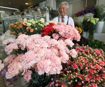 母の日を前に色とりどりのカーネーションをそろえる生花店=札幌市東区(中村祐子撮影)