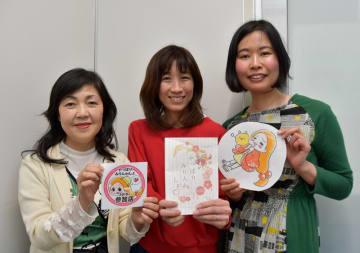 流山市のグルメガイドブックを作成した実行委員会のメンバー。(左から)寺川さん、くりはらさん、ノグチさん=流山市
