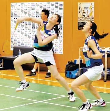 練習で力強いショットを放つ松本(左)と、永原